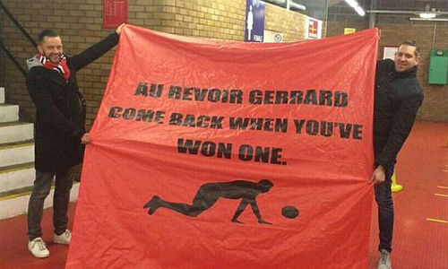 Fan MU lại giễu cợt Gerrard và Liverpool