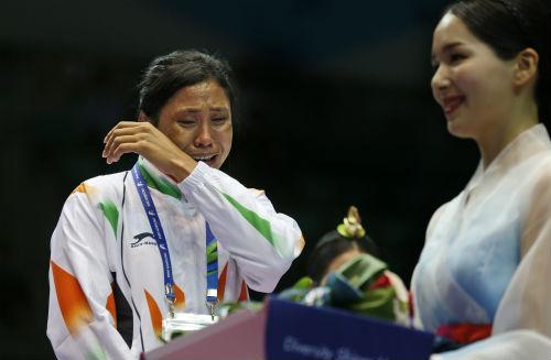 Nữ võ sỹ bị phạt vì từ chối... huy chương