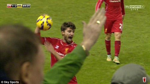 Tung kung-fu vào ngực Cazorla, sao Liverpool trả giá