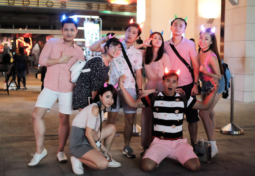 Văn Anh, Tú Vi chơi trội đưa cả đoàn phim du lịch Singapore - hình ảnh 1