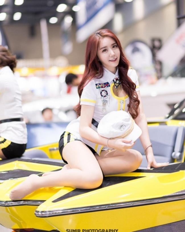 Dàn chân dài bốc lửa không ngại mặc hở tại các triển lãm xe hơi Hàn Quốc - hình ảnh 2
