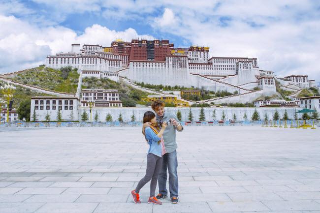 Phát hờn với bộ ảnh siêu cấp đáng yêu của cặp đôi đi khắp thế gian chụp ảnh cưới - hình ảnh 25