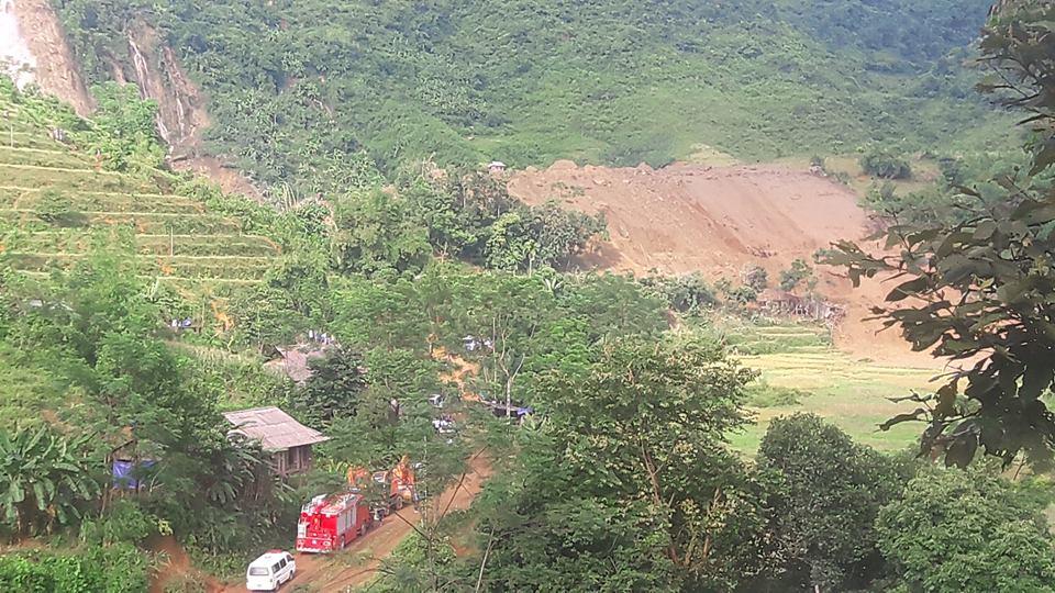 Cận cảnh hiện trường vụ sạt lở đất làm gần 10 người chết - hình ảnh 7