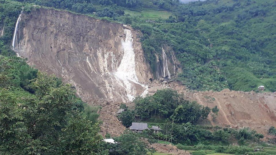 Cận cảnh hiện trường vụ sạt lở đất làm gần 10 người chết - hình ảnh 9