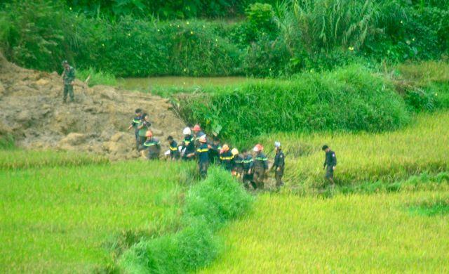 Cận cảnh hiện trường vụ sạt lở đất làm gần 10 người chết - hình ảnh 10