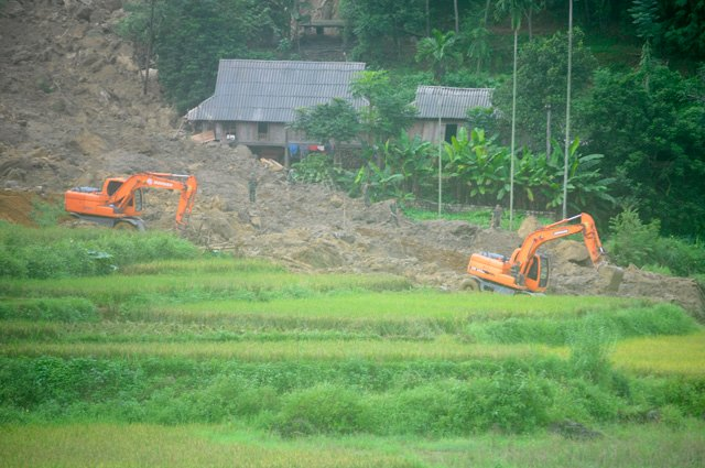 Cận cảnh hiện trường vụ sạt lở đất làm gần 10 người chết - hình ảnh 12
