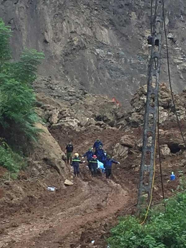 Tìm được 2 thi thể, 1 nửa người và cánh tay trong vụ sạt lở đất ở Hòa Bình - hình ảnh 2
