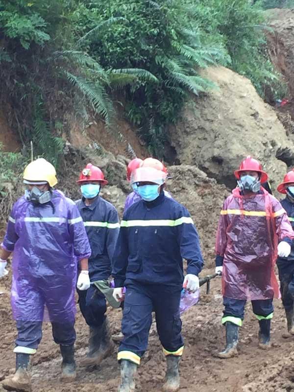 Tìm được 2 thi thể, 1 nửa người và cánh tay trong vụ sạt lở đất ở Hòa Bình - hình ảnh 3