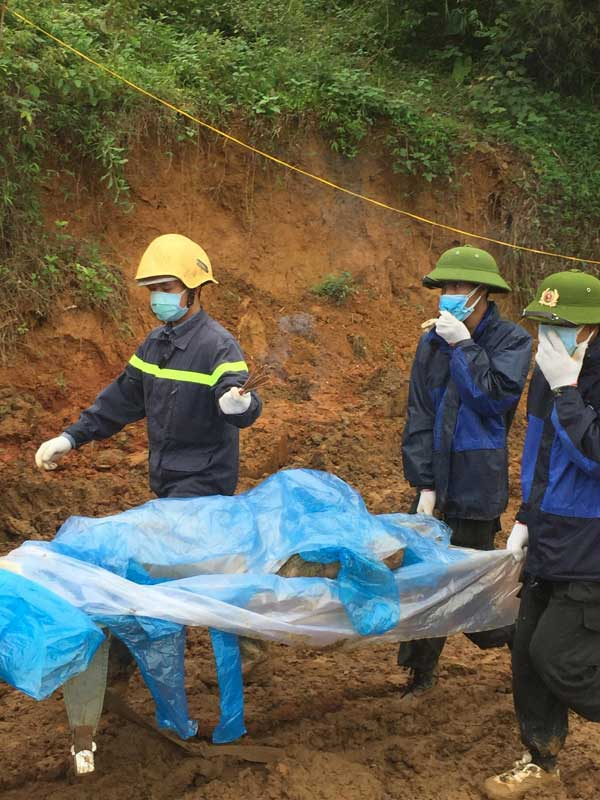 Tìm được 2 thi thể, 1 nửa người và cánh tay trong vụ sạt lở đất ở Hòa Bình - hình ảnh 4