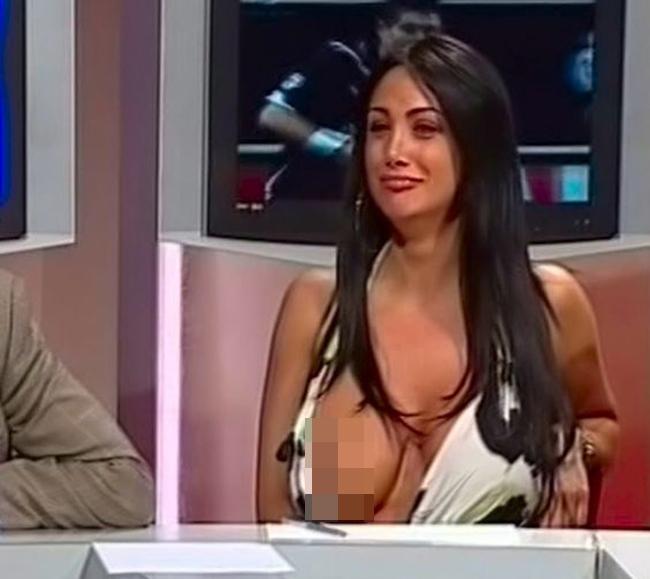 Nữ MC lộ ngực trên sóng trực tiếp tung bộ ảnh lịch nóng bỏng - hình ảnh 1