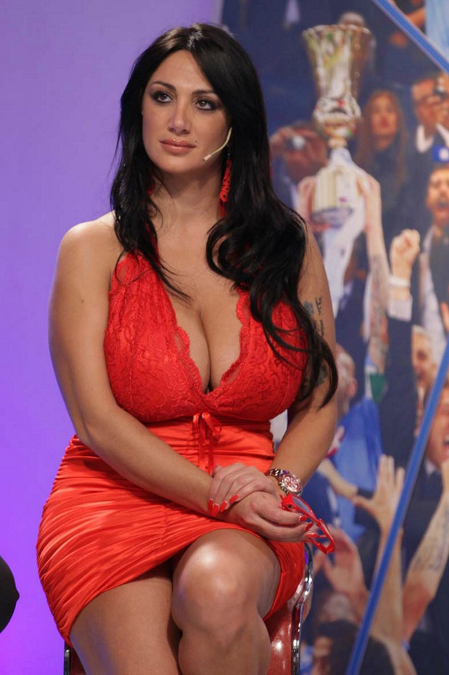 Nữ MC lộ ngực trên sóng trực tiếp tung bộ ảnh lịch nóng bỏng - hình ảnh 18