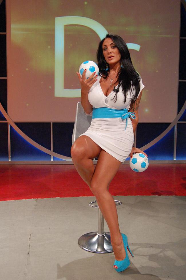 Nữ MC lộ ngực trên sóng trực tiếp tung bộ ảnh lịch nóng bỏng - hình ảnh 19