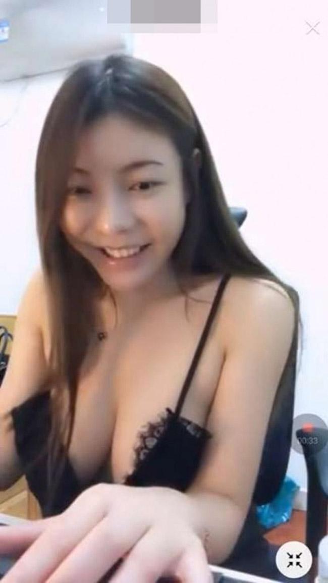 Mê mẩn body của mỹ nhân livestream bỗng tuột áo ngực - hình ảnh 1