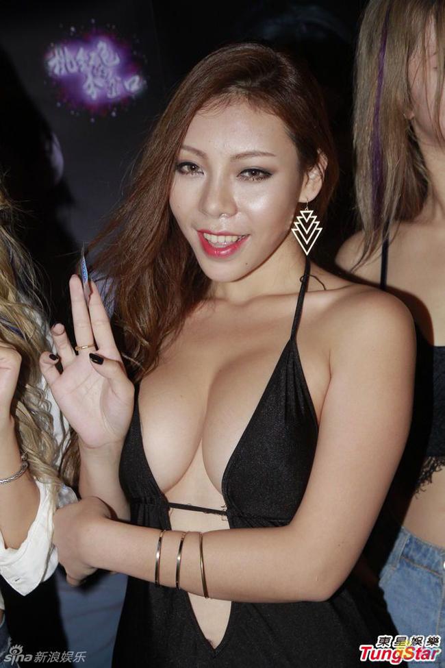 Mê mẩn body của mỹ nhân livestream bỗng tuột áo ngực - hình ảnh 18