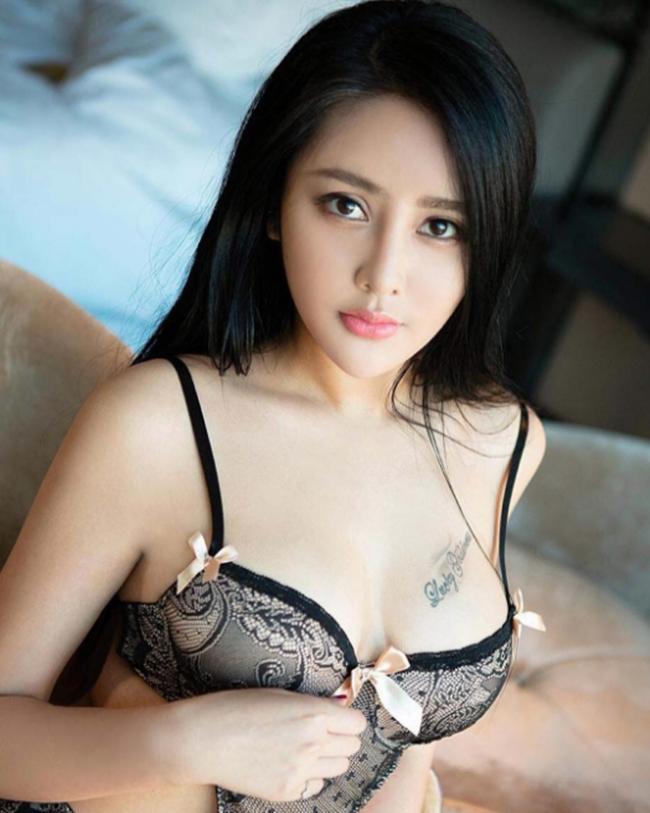 Hình xăm ngực giúp mỹ nhân lai Việt Mỹ gợi cảm bội phần - hình ảnh 1