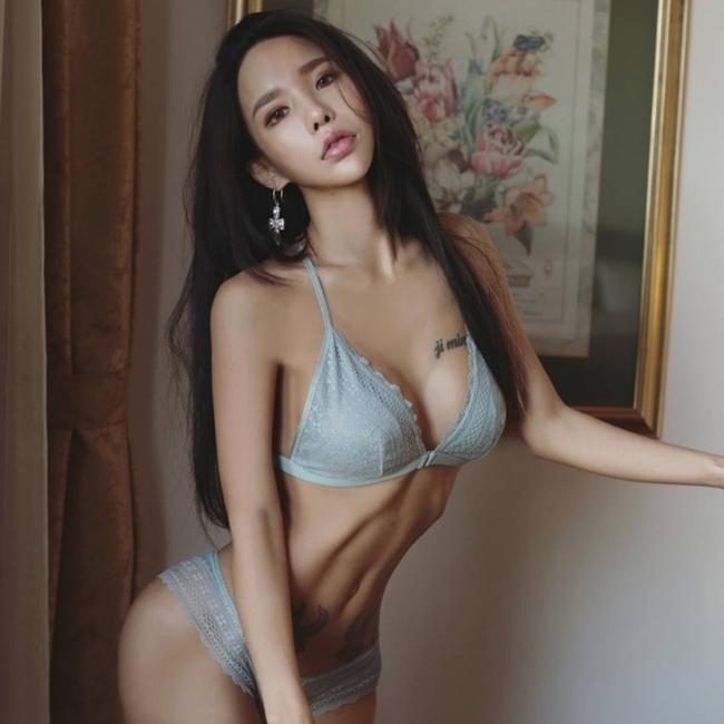 Hình xăm ngực giúp mỹ nhân lai Việt Mỹ gợi cảm bội phần - hình ảnh 14