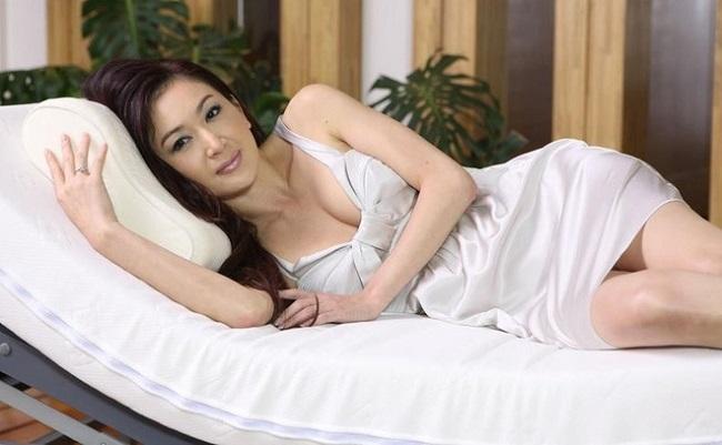 """Những bóng hồng từng """"lên giường"""" với ông hoàng cảnh nóng Lương Triều Vỹ - hình ảnh 9"""