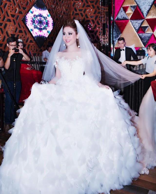 """Lâm Chí Khanh: """"Tôi sẽ mặc 8 váy cưới đính 10.000 viên pha lê trong hôn lễ tháng 12"""" - hình ảnh 1"""