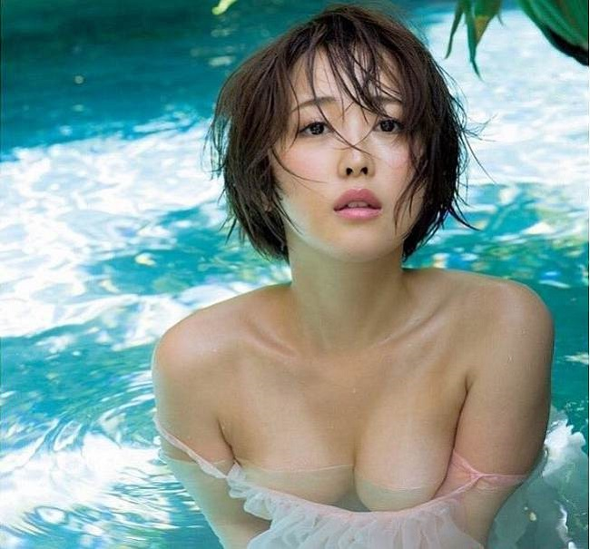 """Mẫu Nhật khoe đường cong """"mập mờ"""" dưới nước khiến ối anh si mê - hình ảnh 2"""