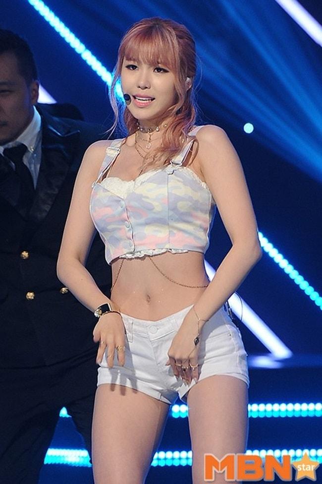 Kiều nữ Hàn gây sốc với đồ diễn ngắn cũn cỡn như nội y - hình ảnh 12