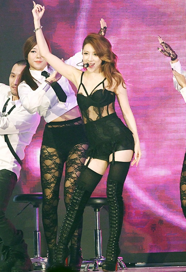 Kiều nữ Hàn gây sốc với đồ diễn ngắn cũn cỡn như nội y - hình ảnh 15