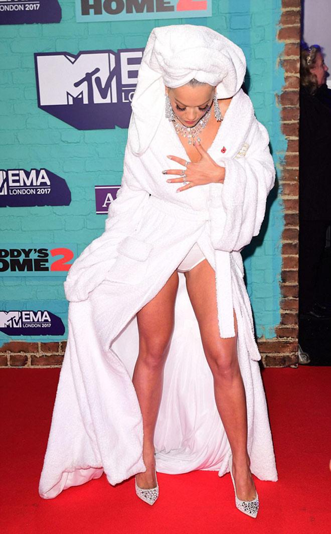 Người đẹp ngực trần, hở nội y vì quấn nguyên khăn tắm lên thảm đỏ - hình ảnh 3
