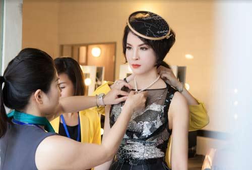 Thanh Mai U50 vẫn đẹp như tiên với váy trăm triệu đính ngàn viên pha lê - hình ảnh 2
