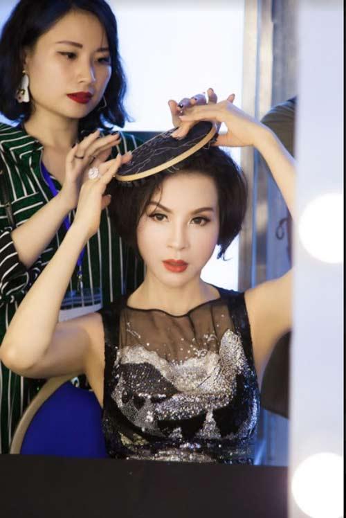 Thanh Mai U50 vẫn đẹp như tiên với váy trăm triệu đính ngàn viên pha lê - hình ảnh 1