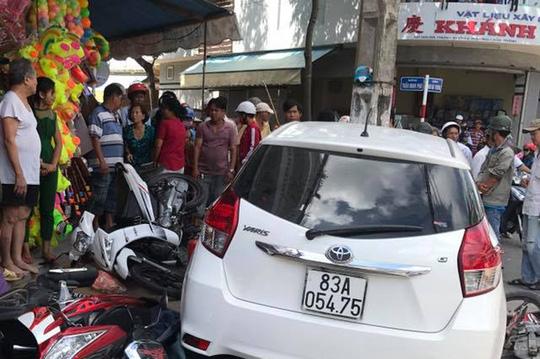 Ô tô vị phạm bị giữ vẫn chạy ra ngoài gây tai nạn hàng loạt? - hình ảnh 1