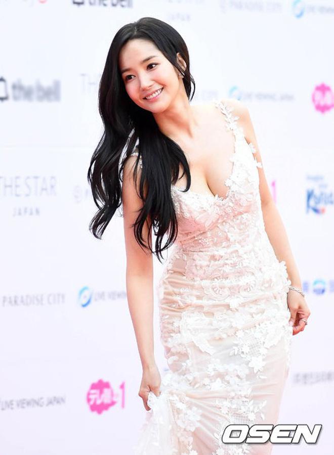 Tình cũ, tình mới Lee Min Ho chạm trán cùng khoe vòng một - hình ảnh 1