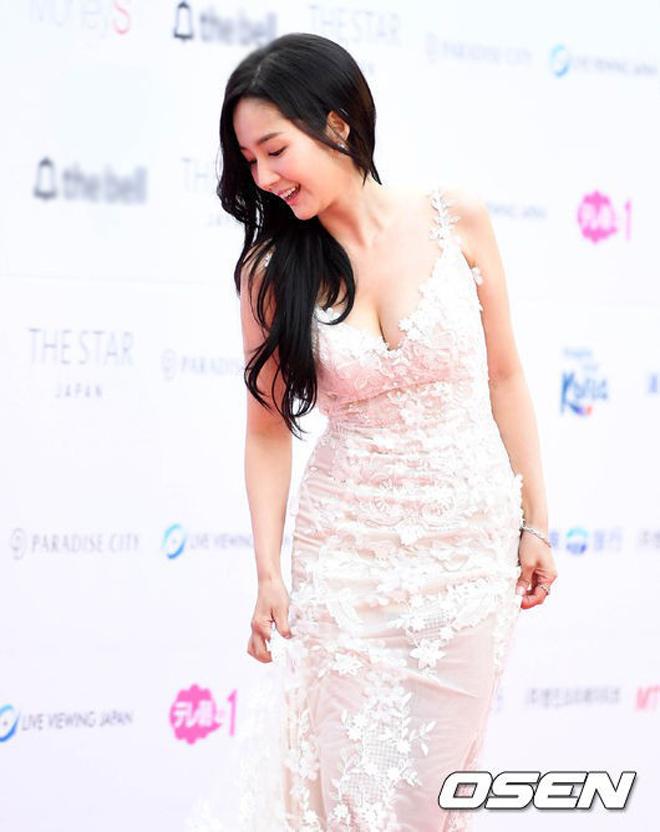 Tình cũ, tình mới Lee Min Ho chạm trán cùng khoe vòng một - hình ảnh 2