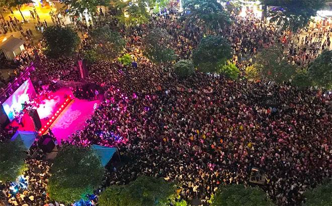Hàng trăm fan leo trèo, chen chúc tại phố đi bộ xem Mỹ Tâm biểu diễn - hình ảnh 1