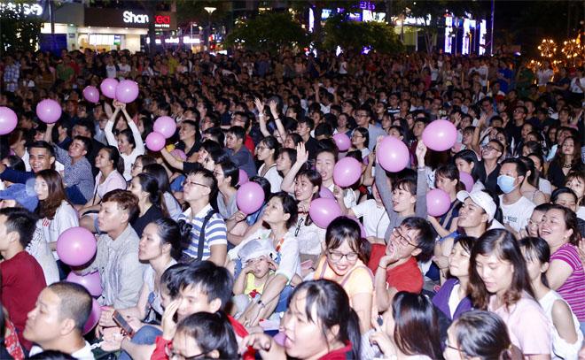 Hàng trăm fan leo trèo, chen chúc tại phố đi bộ xem Mỹ Tâm biểu diễn - hình ảnh 2
