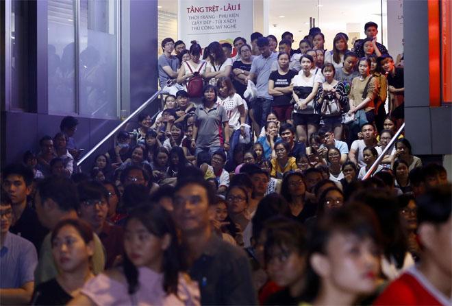 Hàng trăm fan leo trèo, chen chúc tại phố đi bộ xem Mỹ Tâm biểu diễn - hình ảnh 3
