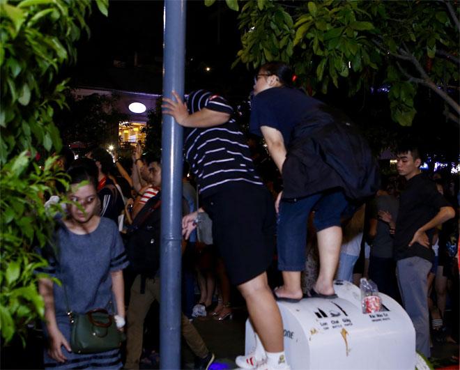 Hàng trăm fan leo trèo, chen chúc tại phố đi bộ xem Mỹ Tâm biểu diễn - hình ảnh 5