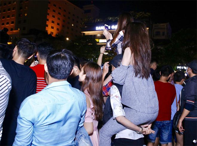 Hàng trăm fan leo trèo, chen chúc tại phố đi bộ xem Mỹ Tâm biểu diễn - hình ảnh 6