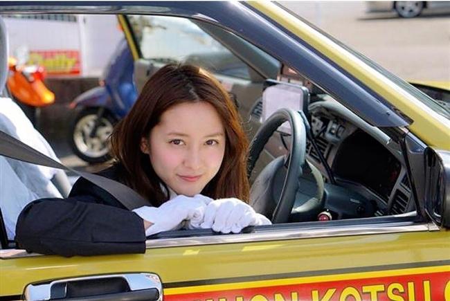 Triệu đàn ông Nhật đổ xô đi xe taxi vì nữ tài xế quá nóng bỏng - hình ảnh 4