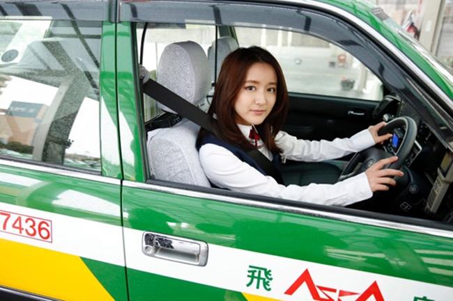 Triệu đàn ông Nhật đổ xô đi xe taxi vì nữ tài xế quá nóng bỏng - hình ảnh 7