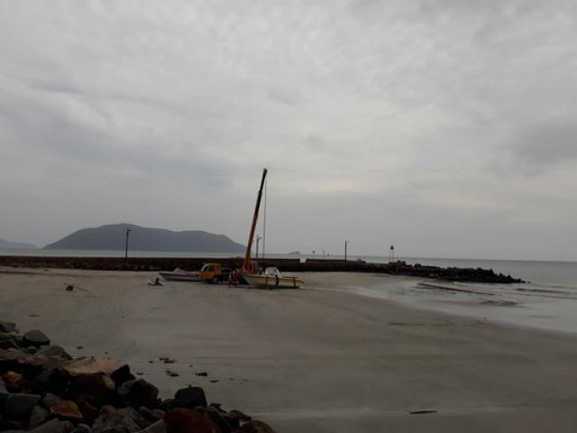 Bão số 16 mạnh khủng khiếp: Trực thăng bay dọc biển kêu gọi, cảnh báo
