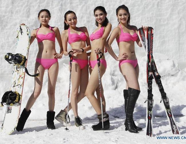 Con gái Trung Quốc mặc bikini giữa tuyết trắng gây hoang mang - hình ảnh 1
