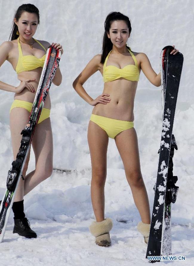 Con gái Trung Quốc mặc bikini giữa tuyết trắng gây hoang mang - hình ảnh 2