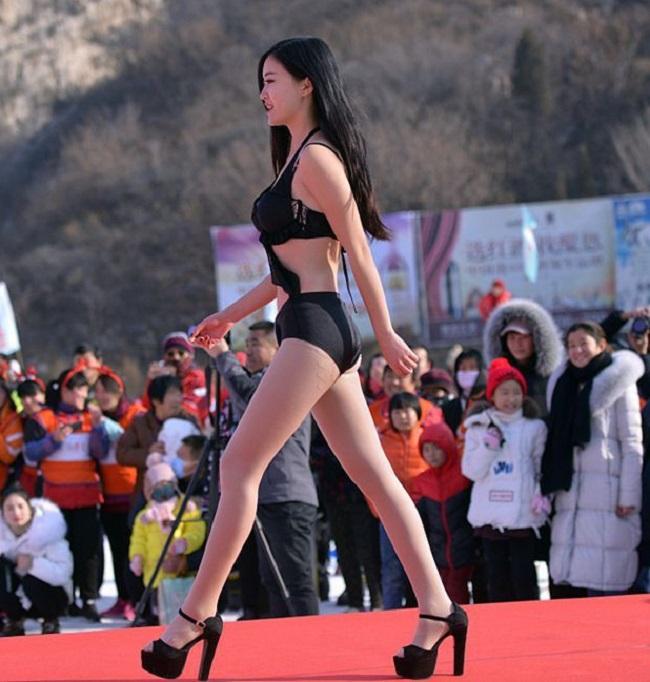 Con gái Trung Quốc mặc bikini giữa tuyết trắng gây hoang mang - hình ảnh 4