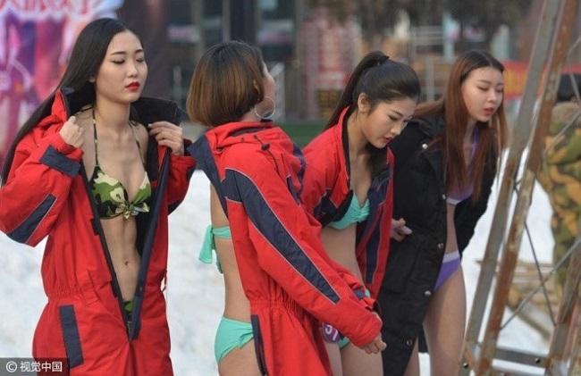 Con gái Trung Quốc mặc bikini giữa tuyết trắng gây hoang mang - hình ảnh 6