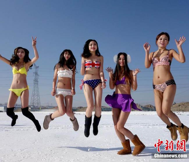 Con gái Trung Quốc mặc bikini giữa tuyết trắng gây hoang mang - hình ảnh 11