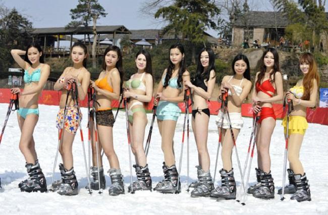 Con gái Trung Quốc mặc bikini giữa tuyết trắng gây hoang mang - hình ảnh 13