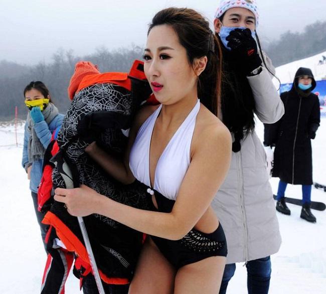 Con gái Trung Quốc mặc bikini giữa tuyết trắng gây hoang mang - hình ảnh 16