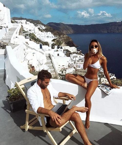 Cặp đôi kiếm bộn tiền chỉ nhờ du lịch và chụp gái xinh mặc bikini - hình ảnh 1