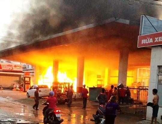 Hé lộ nguyên nhân cây xăng ở Sài Gòn cháy kinh hoàng, nhiều người tháo chạy - 1