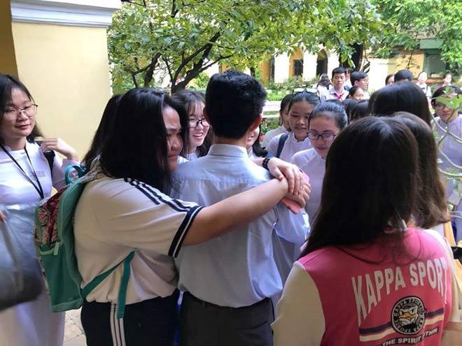 Hiệu trưởng chuyển trường, học sinh và giáo viên khóc nức nở - 5