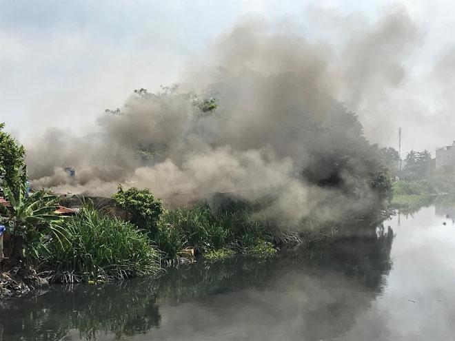 Nhiều người tháo chạy khỏi đám cháy dưới chân cầu ở Sài Gòn - 1